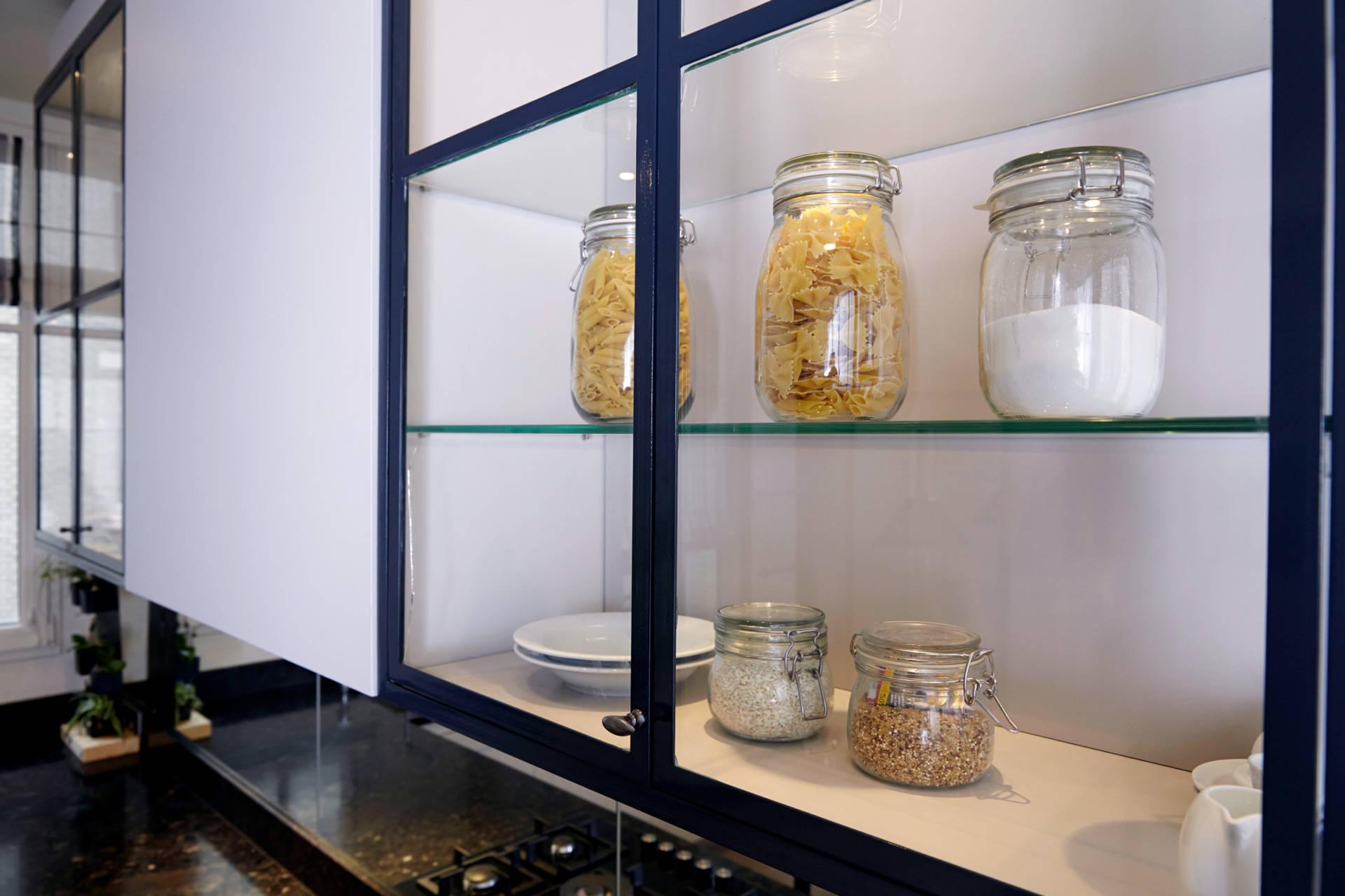 Cuisine à la Française avec son office à Neuilly sur Seine - Les vitrines de verre et métal noir, par Catherine Lefret, Architecte d'intérieur dans les Yvelines et Hauts de Seine, 78 92