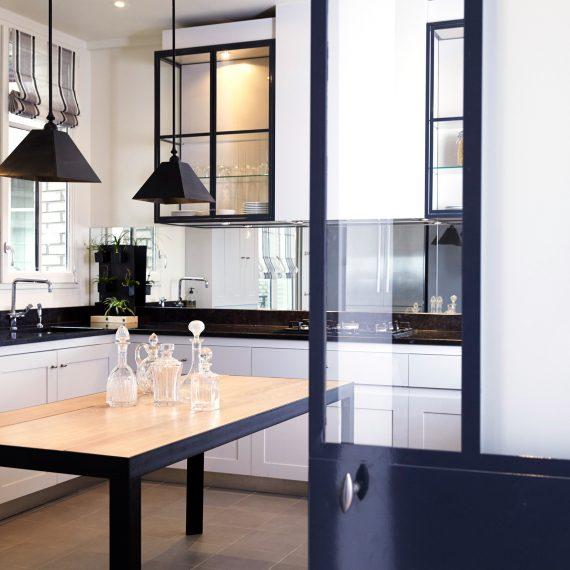 Cuisine à la Française avec son office à Neuilly sur Seine - Vue d'ensemble, contraste de lignes noire sur fond blanc, par Catherine Lefret, Architecte d'intérieur dans les Yvelines et Hauts de Seine, 78 92