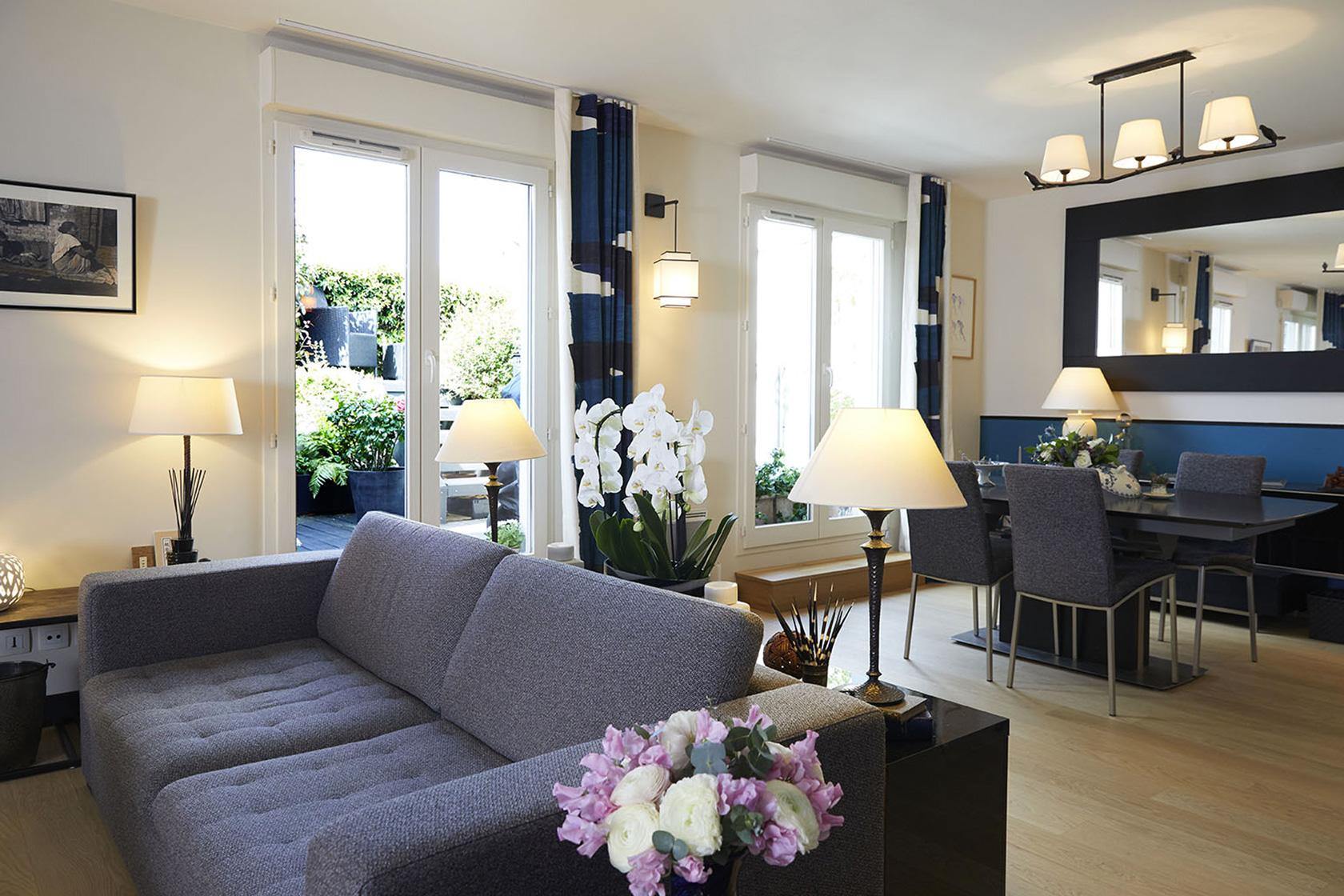 Décoration Appartement 40m2 à Nogent sur Marne - Le grand salon et son canapé 2 places confortable, par Catherine Lefret, Architecte d'intérieur et Décoratrice dans les Yvelines et Hauts de Seine, 78 92