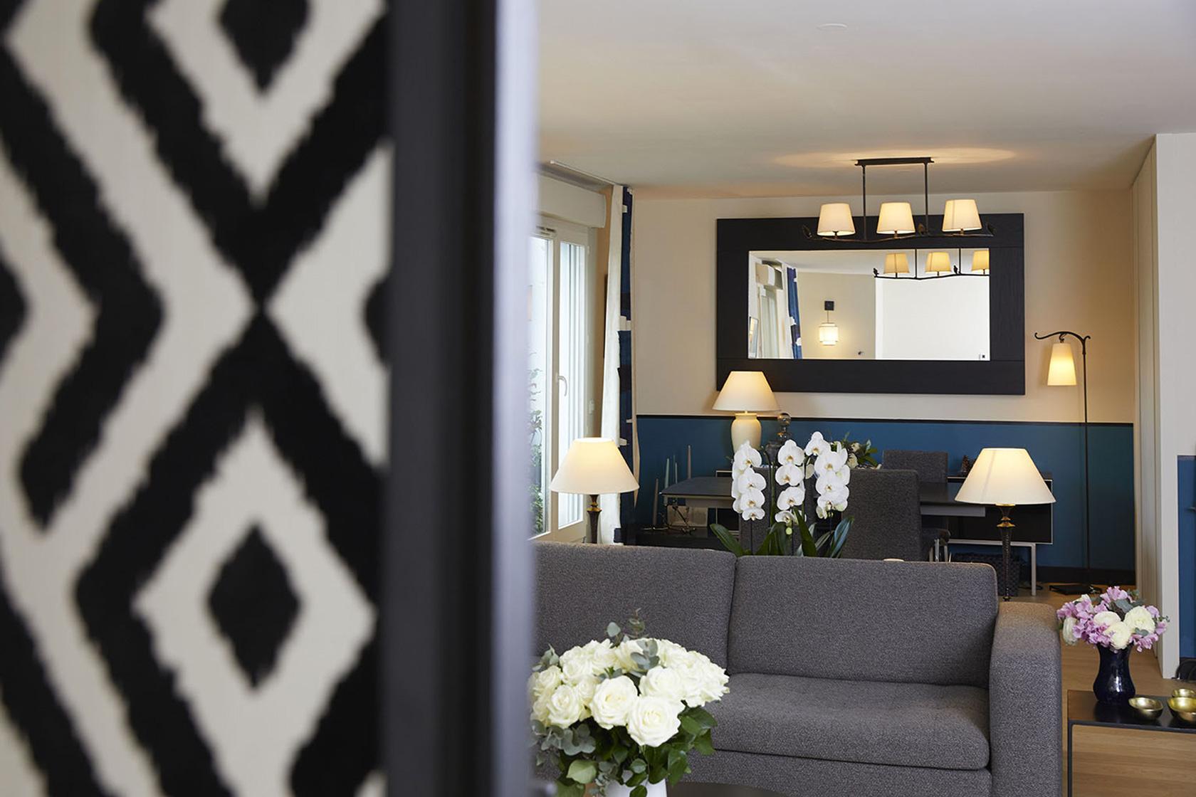 Décoration Appartement 40m2 à Nogent sur Marne - Vue de l'entrée vers Le grand salon, par Catherine Lefret, Architecte d'intérieur et Décoratrice dans les Yvelines et Hauts de Seine, 78 92